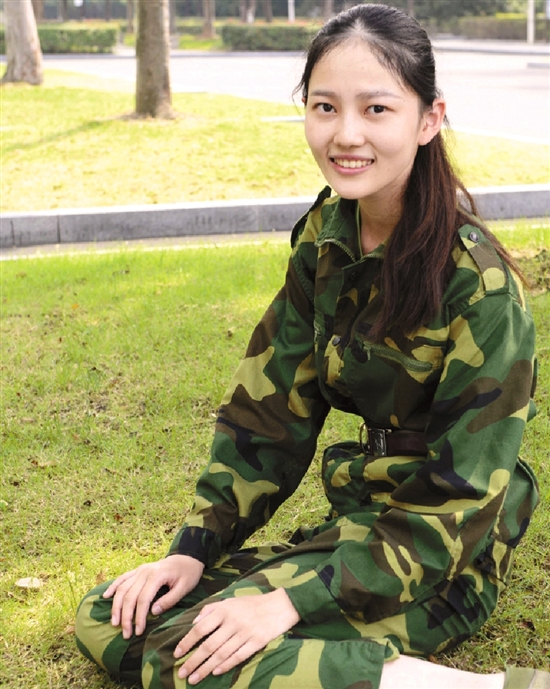 杭州下沙高校军训:清纯萌妹子让人饱眼福