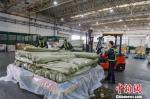 图为:装运货物现场。萧山机场供图 - 浙江新闻网