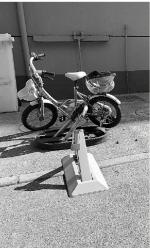 一些老小区,能停车的地方都装上了地锁。 - 浙江新闻网