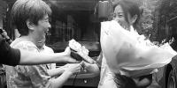 听说14路公交司机杨敏就要退休,有乘客专程赶来送花。 - 浙江新闻网