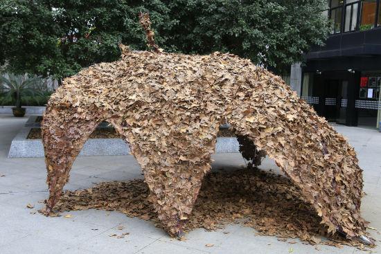 """在浙江杭州,一年一度的中国美术学院""""秋叶艺术节""""已于南山校区开幕。由落叶做成的长颈鹿、大型树叶、书籍屏风等一系列别出心裁的装置艺术作品亮相南山路,吸引了众多市民的眼球。(完)(见习记者 王远)"""