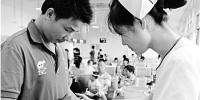 护士在输液室里对感冒发烧的孩子进行穴位贴敷。(资料照片) - 浙江新闻网