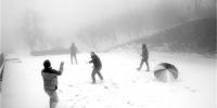 安吉江南天池景区,下起了今年入冬的首场大雪。 - 浙江新闻网