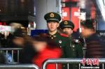 图为武警宁波支队执勤官兵在铁路宁波站内巡逻。 殷福军 摄 - 浙江新闻网