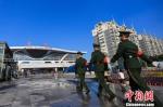 图为武警宁波支队执勤官兵在铁路宁波站内巡逻。 殷福军 摄 - 浙江网