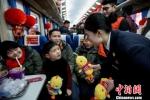 """图为""""小甜橙""""志愿者。铁路宁波站提供 - 浙江网"""