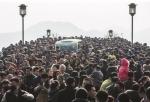 昨天下午,西湖边游人如织,断桥上人头攒动。 - 浙江新闻网