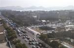 昨天下午,环城西路往西湖方向车流密集,附近的省人民大会堂临时停车场内也停满了车。 - 浙江新闻网