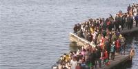 昨天下午,西湖俶影桥(九曲桥)上的游人。首席记者 陈中秋 摄 - 浙江网