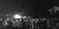 早上5点半排队等待上索道的人群 - 浙江新闻网