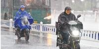 6月19日傍晚,杭城下起瓢泼大雨。 本报记者 董旭明 摄 - 浙江新闻网