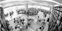 """昨天杭州图书馆座无虚席,许多读者一早就赶来这里看书、做暑假作业,在书香里避暑和""""充电""""。本报记者 吴煌 摄 - 浙江新闻网"""