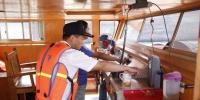 海事人员上船指导船户做好封仓工作 湖州港航提供 摄 - 浙江新闻网