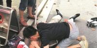 杭州老人骑车晕倒路边 帅小伙人工呼吸施救 - 杭州网