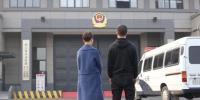 王艳与小儿子焦急等待张杰出狱。 钱晨菲 摄 - 浙江新闻网