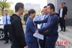 张杰投入王艳怀抱。 钱晨菲 摄 - 浙江新闻网
