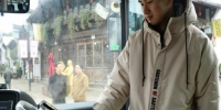 上车时,手脉信息已经录入的市民,可直接扫手脉购票 周璀璇 摄 - 浙江新闻网