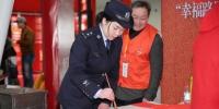 活动现场,民警手写春联。韦士钊 摄 - 浙江新闻网