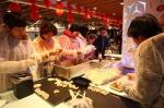 杭州市民一起包饺子。 湖滨街道供图 - 浙江新闻网