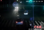图为:警车引导搭载着孕妇的车辆 黄岩公安供图 - 浙江新闻网