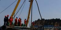 工作人员利用带电作业车将海缆搭接在杆上。 洞头宣传部供图 - 浙江新闻网