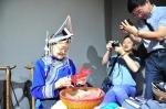 图为:两名华文媒体记者在拍摄畲族老人剪纸。 张茵 摄 - 浙江新闻网