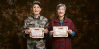老兵夫妇手举当年的结婚证合影。 红星服务中心提供 - 浙江网