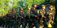官兵结束一天训练后返回临时驻扎点。 李子杨 摄 - 浙江新闻网