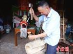 陈小狗正在制作龙头。 钱晨菲 摄 - 浙江新闻网