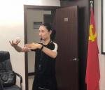 图为:毛董莱为西湖景区城管人现场授课。王潇婧摄 - 浙江新闻网