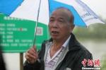 河长李荣根在巡河。 海盐宣传部提供 - 浙江新闻网