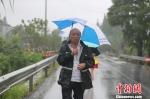 河长李荣根在巡河。 海盐宣传部提供 - 浙江网