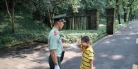 武警安慰走失男孩。武警杭州支队供图 - 浙江新闻网
