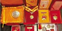 胡兆富珍藏的军功章和纪念章。常山县新闻传媒集团提供 - 浙江新闻网