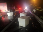 图为:浙江台州高速交警捡回1500条黑鱼,帮车主减损。徐向道摄 - 浙江新闻网