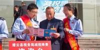 税务人员宣传相关税务知识。供图 - 浙江新闻网