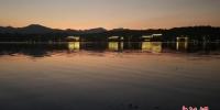 资料图:10月2日,浙江杭州西湖夜景流光溢彩,令人流连忘返。中新社记者 王刚 摄 - 浙江新闻网