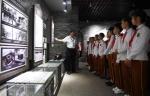 图为:众多小学生在侵华日军细菌战衢州展览馆参观。 王刚 摄 - 浙江新闻网