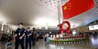 杭州萧山机场,机场公安民警正在执勤。警方 供图 - 浙江网