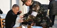 图为武警官兵为老人量血压。 武警舟山支队提供 - 浙江网