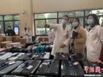 即将带队前往武汉的浙大一院院长、党委副书记黄河(左1)正在指导集结随队物资。 张斌 摄 - 浙江新闻网