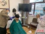 为防护可靠,即将出征武汉的一名浙大一院护士剪去长发。 张斌 摄 - 浙江新闻网