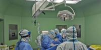 医生对该名孕妇进行手术 乐清供图 - 浙江新闻网