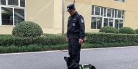 崔震正在训练警犬。(资料图)张斌摄 - 浙江新闻网