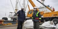 舟山海关工作人员了解货物情况。 王刚 摄 - 浙江新闻网